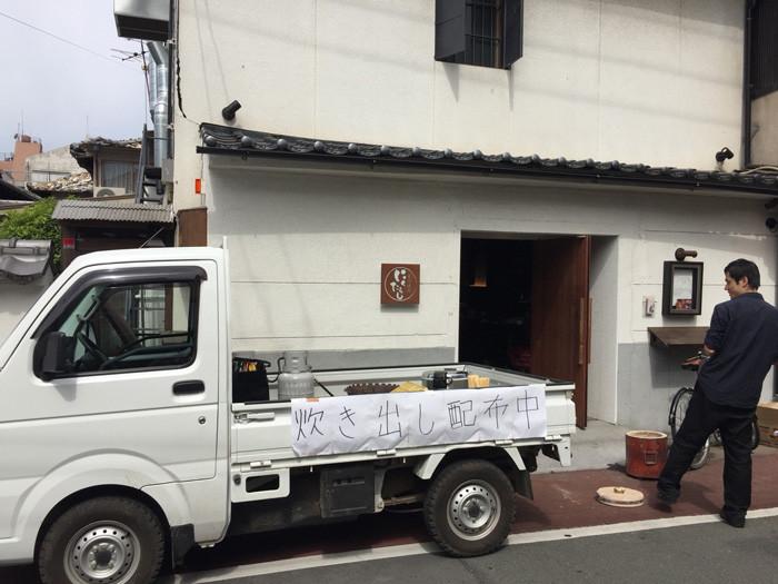 熊本地震の店頭炊き出し準備。2016年4月16日